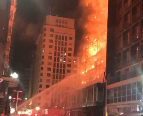 Prédio de 24 andares pega fogo e desaba no centro de São Paulo